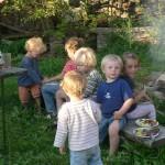 Alle Kinder am Ferienabschiedsfeuer